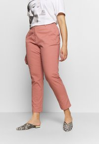 CAPSULE by Simply Be - COMFORT STRETCH TURN UP - Chinos - washed coral - 0