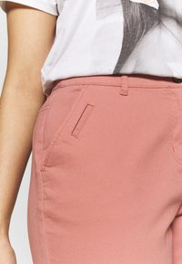 CAPSULE by Simply Be - COMFORT STRETCH TURN UP - Chinos - washed coral - 4