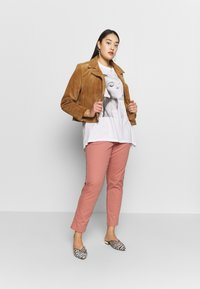CAPSULE by Simply Be - COMFORT STRETCH TURN UP - Chinos - washed coral - 1