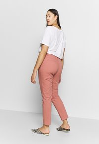 CAPSULE by Simply Be - COMFORT STRETCH TURN UP - Chinos - washed coral - 2