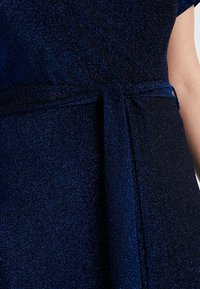 CAPSULE by Simply Be - GLITTER WRAP SKATER DRESS - Cocktailklänning - cobalt - 6