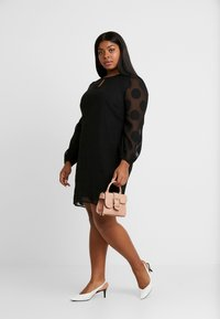 CAPSULE by Simply Be - DOBBY SPOT SHIFT DRESS - Denní šaty - black - 1
