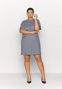 CAPSULE by Simply Be - POCKET DETAIL  DRESS - Robe en jersey - navy/white - 1