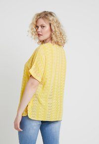 CAPSULE by Simply Be - BRODERIE BOXY - Printtipaita - yellow/ivory - 2