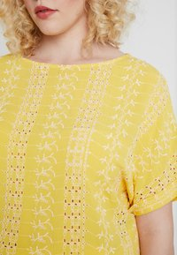CAPSULE by Simply Be - BRODERIE BOXY - Printtipaita - yellow/ivory - 4