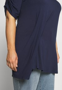 CAPSULE by Simply Be - TUCK SIDE  - T-shirt imprimé - dark navy - 5