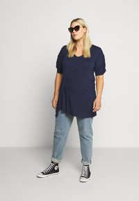 CAPSULE by Simply Be - TUCK SIDE  - T-shirt imprimé - dark navy - 1