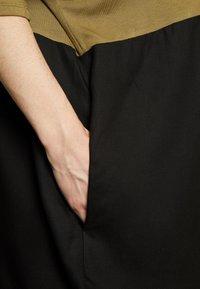 CAPSULE by Simply Be - COLOUR BLOCK - T-shirts print - khaki/black - 2