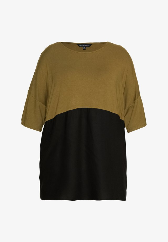 COLOUR BLOCK - T-shirt con stampa - khaki/black