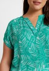 CAPSULE by Simply Be - LADDER INSERT - T-shirts print - green palm