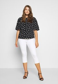 CAPSULE by Simply Be - PUFF SLEEVE SHELL TOP - Blouse - mono spot print - 1