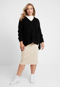 CAPSULE by Simply Be - ELEVATED ESSENTIALS V NECK JUMPER - Strikpullover /Striktrøjer - black - 1