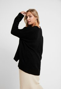 CAPSULE by Simply Be - ELEVATED ESSENTIALS V NECK JUMPER - Strikpullover /Striktrøjer - black - 2