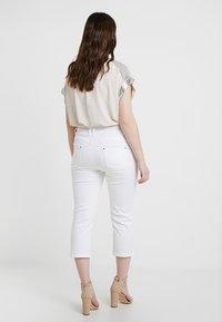 CAPSULE by Simply Be - SHAPE SCULPT CROP - Jean slim - white - 2