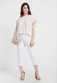 CAPSULE by Simply Be - SHAPE SCULPT CROP - Jean slim - white - 1