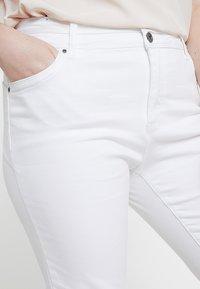 CAPSULE by Simply Be - SHAPE SCULPT CROP - Jean slim - white - 3