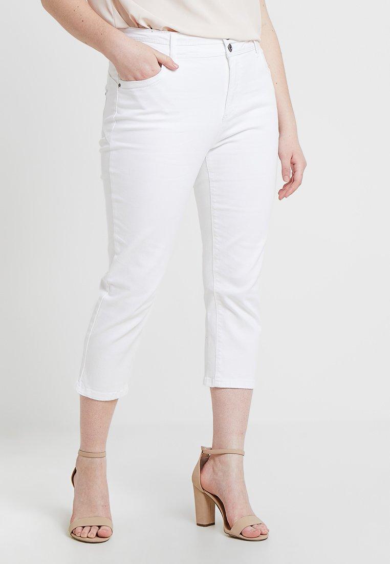 CAPSULE by Simply Be - SHAPE SCULPT CROP - Jean slim - white