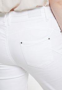 CAPSULE by Simply Be - SHAPE SCULPT CROP - Jean slim - white - 5