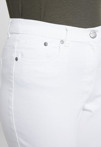 CAPSULE by Simply Be - EVERYDAY CROP - Jeans Skinny Fit - white - 4