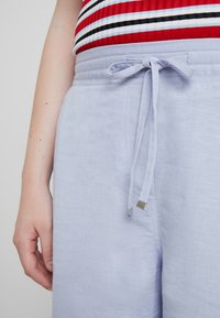 CAPSULE by Simply Be - EASY CARE MIX  - Shorts - pale blue - 4