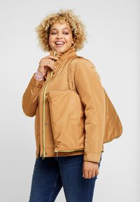 CAPSULE by Simply Be - LIGHTWEIGHT WITH DETACHABLE - Parkatakki - camel - 4