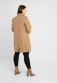 CAPSULE by Simply Be - SINGLE BREAST COAT - Abrigo corto - camel - 2