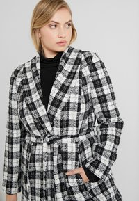 CAPSULE by Simply Be - DETACHABLE TRIM BELTED CHECK WRAP COAT - Manteau court - black - 3