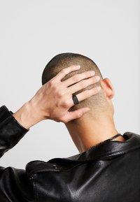 Icon Brand - HERRING BONE SIGNET - Anello - black - 1