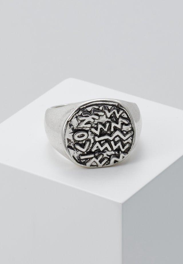 EMBOSSED SYMBOL BURNISHED ROUND - Bague - silver-coloured