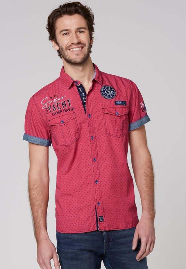 MIT ALL OVER PRINT UND ARTWORKS - Shirt - yacht red