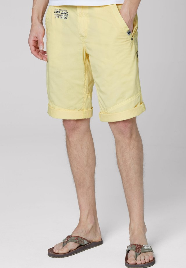 MIT BACK PRINT - Shorts - mild yellow