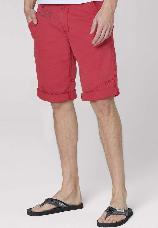 MIT BACK PRINT - Shorts - berbere red