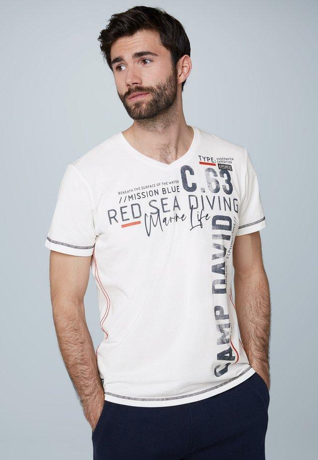 MIT V-NECK UND ARTWORKS - Print T-shirt - white