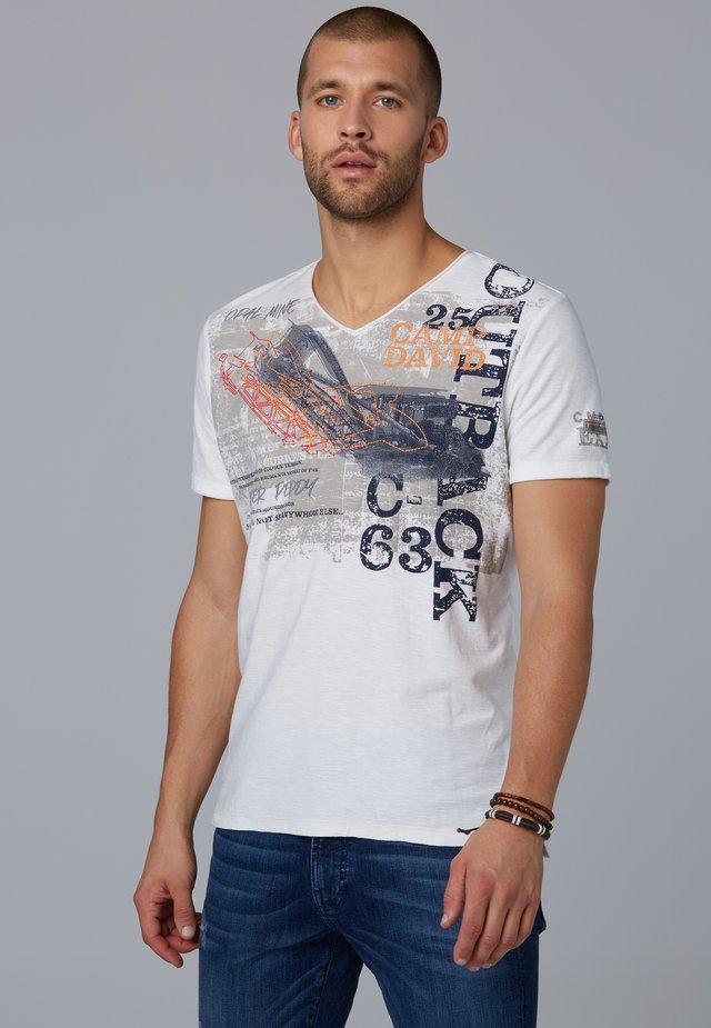 MIT V-NECK UND ARTWORK - Print T-shirt - white