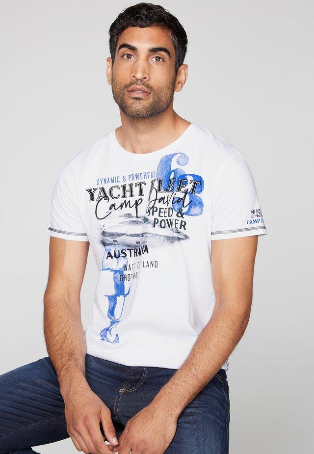 MIT LABEL-APPLIKATIONEN - Print T-shirt - opticwhite
