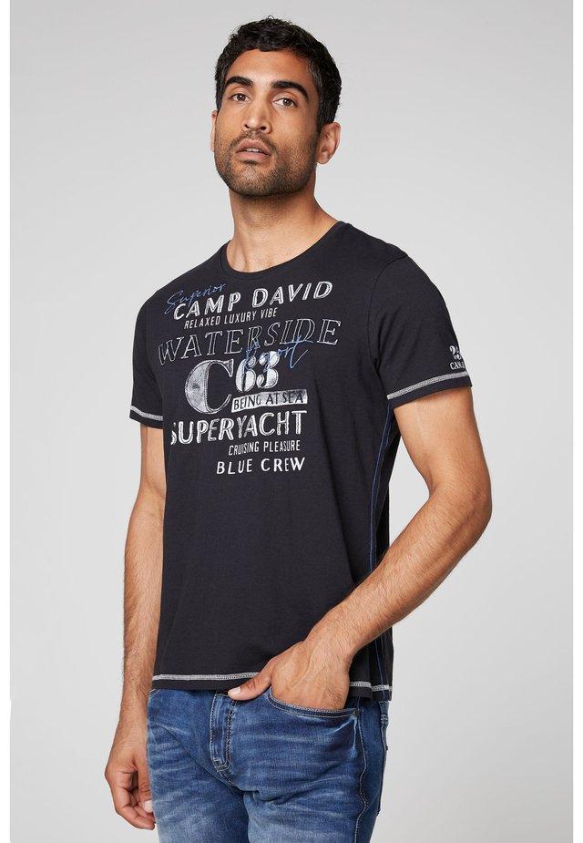 MIT LABEL-APPLIKATIONEN - Print T-shirt - deep sea