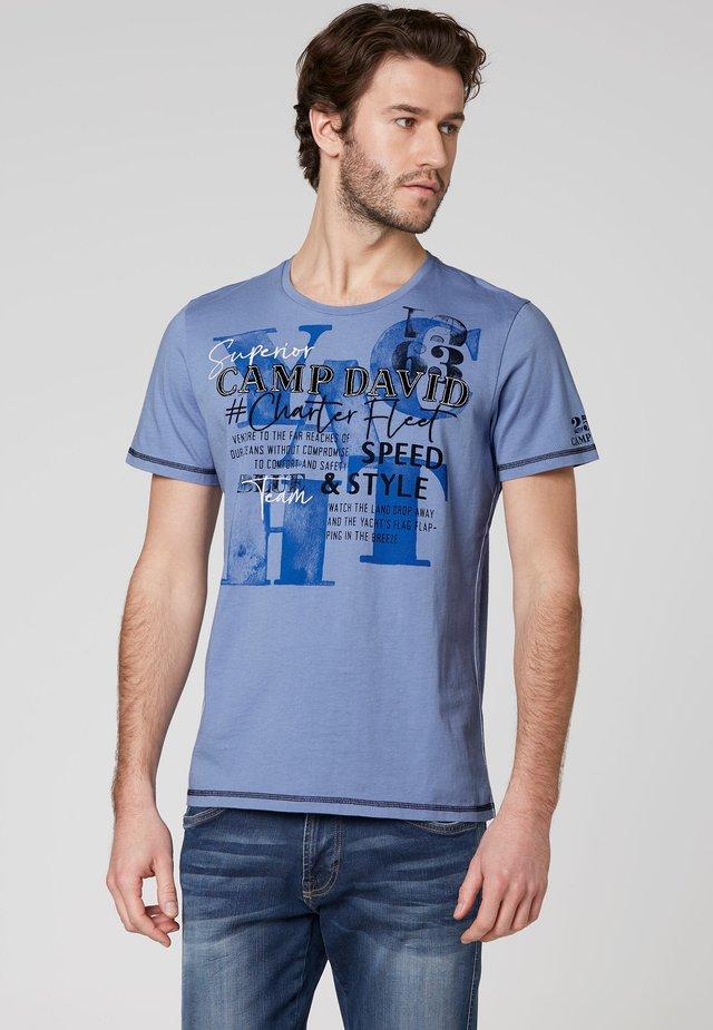 MIT LABEL-APPLIKATIONEN - Print T-shirt - blue dawn
