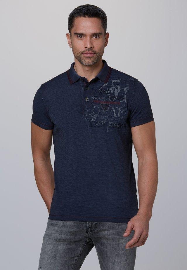MIT BEIDSEITIGEN ARTWORKS - Polo shirt - raw blue