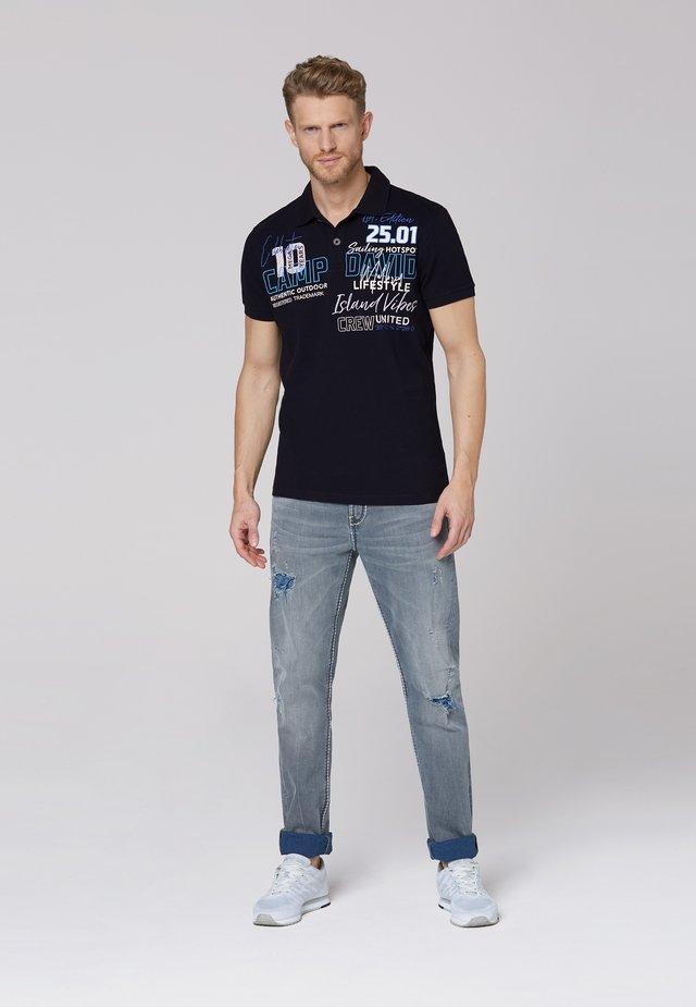 MIT LABEL-APPLIKATIONEN - Polo shirt - blue navy