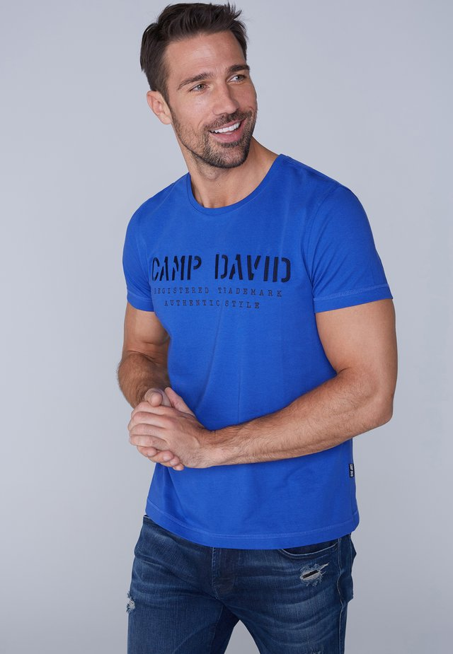 MIT LOGO-STICKEREI - Print T-shirt - action blue