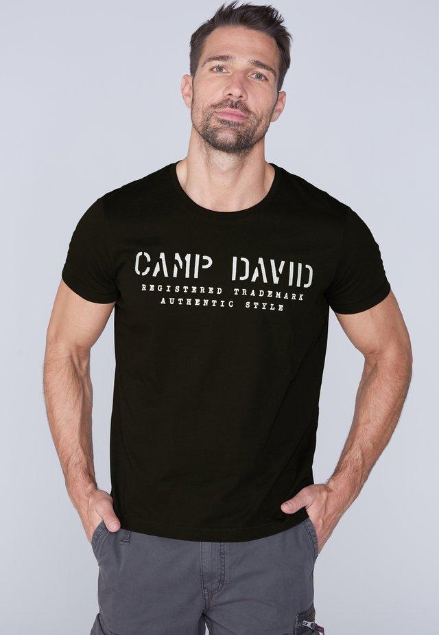 MIT LOGO-STICKEREI - Print T-shirt - black