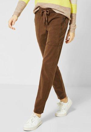 IM LÄSSIGEN LOOK - Trousers - brown