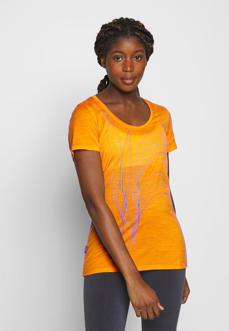 Icebreaker - TECH LITE SCOOP LEAF - T-shirt z nadrukiem - sun