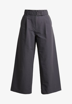 TABI SHIELD CROPPED PANTS - Ulkohousut - monsoon