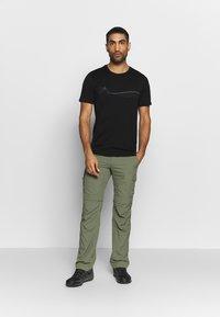 Icebreaker - TECH LITE CREWE CADENCE PATHS - T-shirt z nadrukiem - black - 1