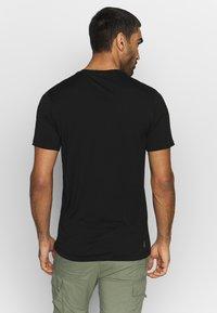 Icebreaker - TECH LITE CREWE CADENCE PATHS - T-shirt z nadrukiem - black - 2