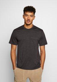 Icebreaker - NATURE DYE DRAYDEN POCKET CREWE - T-shirts basic - tannin - 0