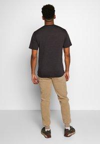 Icebreaker - NATURE DYE DRAYDEN POCKET CREWE - T-shirts basic - tannin - 2