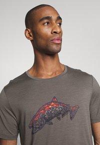 Icebreaker - TECH LITE CREWE TETONS SALMON - T-shirts print - driftwood - 3