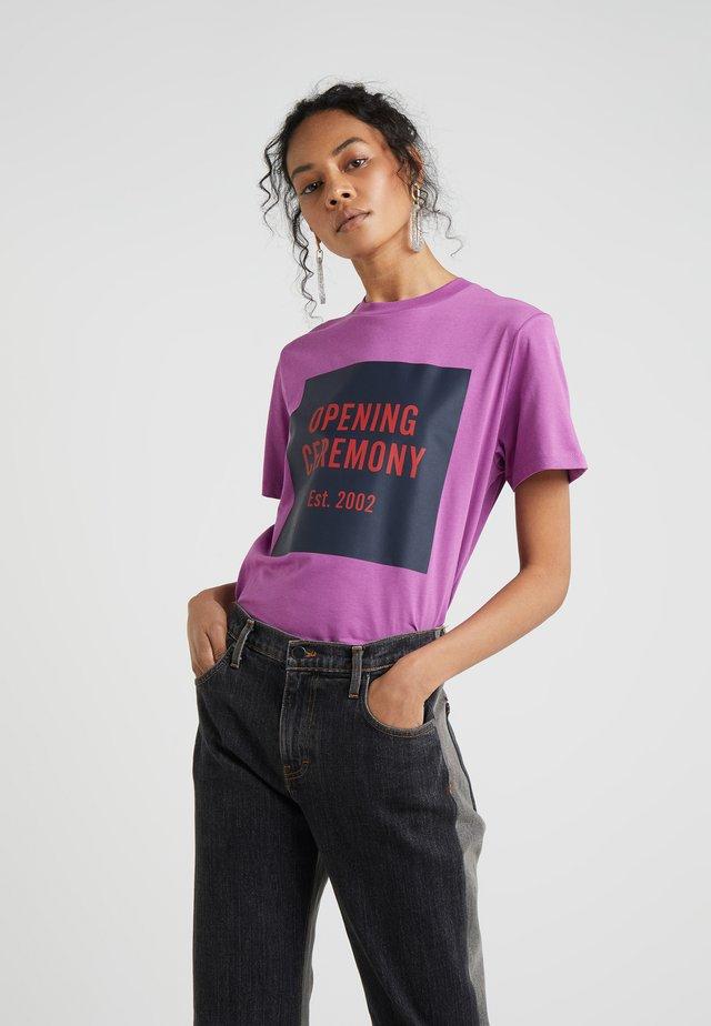 BOX LOGO TEE - T-shirt med print - hyacinth